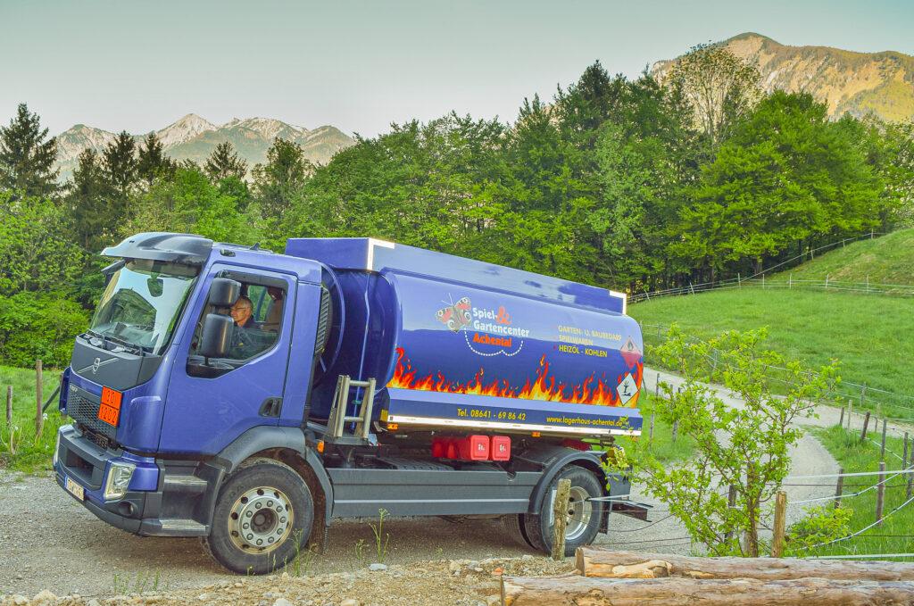 Hans Hammerl liefert Heizöl mit dem Tankwagen des Spiel&Gartencenters Achntal auch in schieriges Gelände