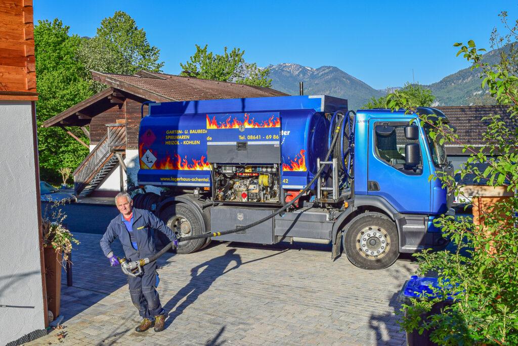 Hans Hammerl liefert Heizöl mit dem Tankwagen des Spiel&Gartencenters Achntal