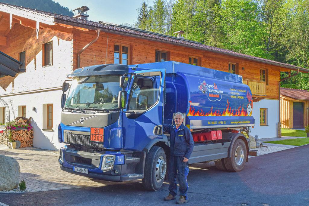 Tankwagen des Spiel&Gartencenters Achental liefert Dieselkraftstoff