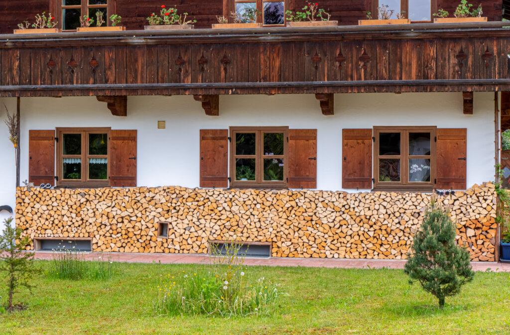 geschichtetes Kaminholz an Hausfront