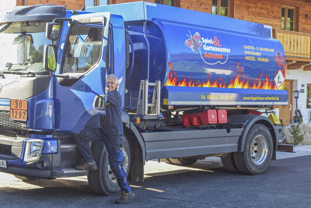 Hans Hammerl mit dem Tankwagen des Spiel&Gartencenters Achental